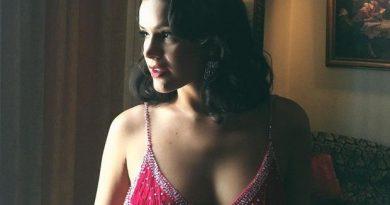Bruna Marquezine exibe visual provocante