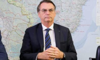 O presidente Jair Bolsonaro faz transmissão ao vivo ao lado do ministro das Relações Exteriores, Ernesto Araújo, e da intérpretes de libras.